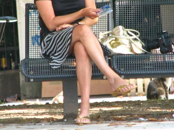 mulher usando sandália