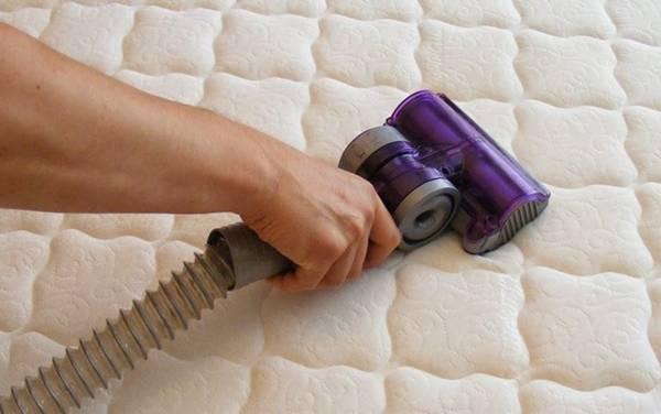 limpando colchão