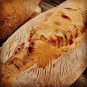 Pão de tomate seco e majericão
