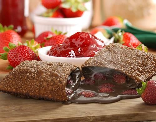 Pastel com massa de chocolate e recheio de chocolate e morango