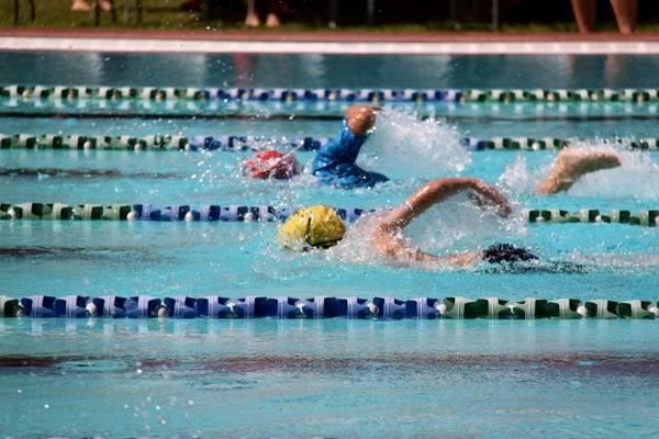 nadando piscina