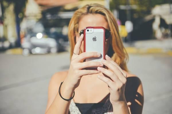 mulher-celular