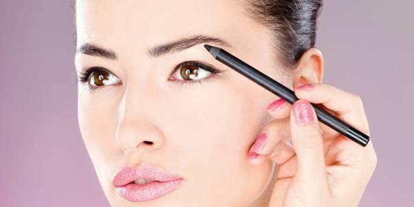 mulher-preenchimento-maquiagem-sobrancelha