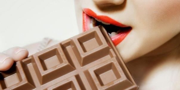 mulher-comendo-chocolate