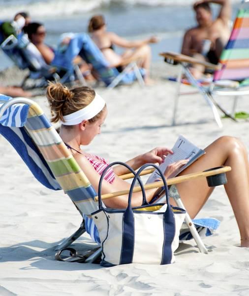 mulher-na-praia-cadeira