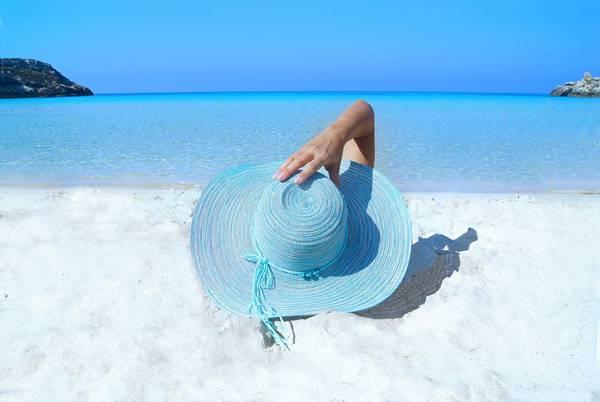 mulher-praia-chapeu-mar