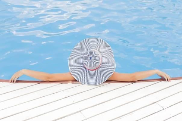 piscina-chapeu-mulher