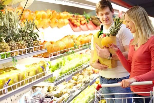 freegreatpicture-compras-frutas-casal
