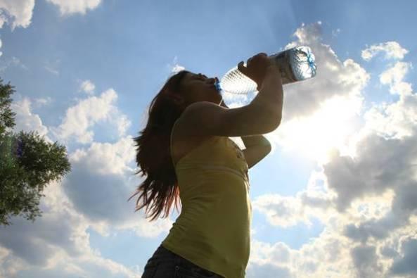 mulher-bebendo-agua-sol-calor-pixabay