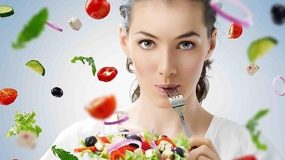 mulher-comendo-saladaactivelife