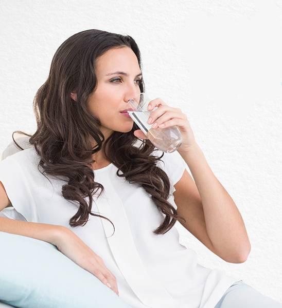 mulher bebendo água ibbl