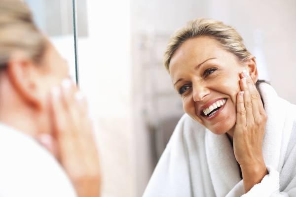 mulher-espelho-rosto-rugas