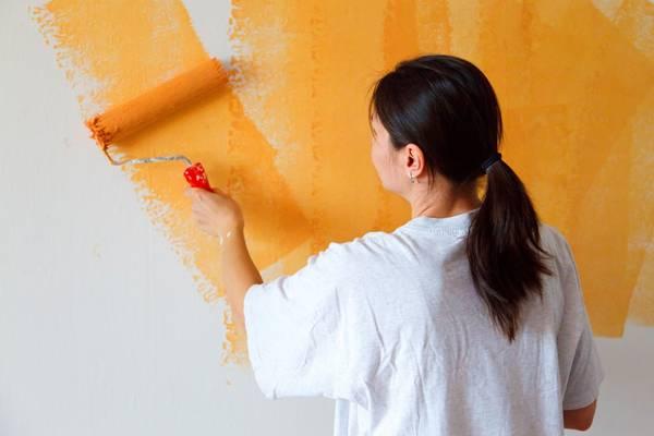 pintando parede mulher