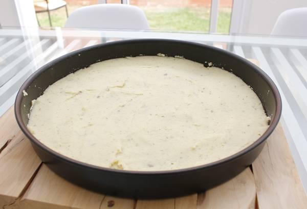 2 - Massa de couve-flor já na forma antes de ir para o forno pré-assar