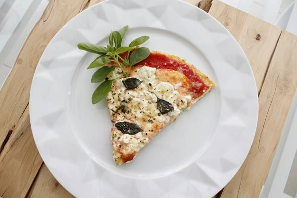 6 - Fatia de pizza marguerita preparada com massa de couve-flor (1)