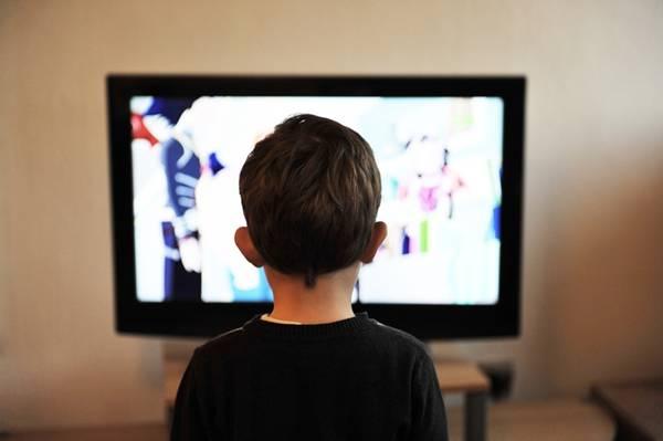 criança televisão