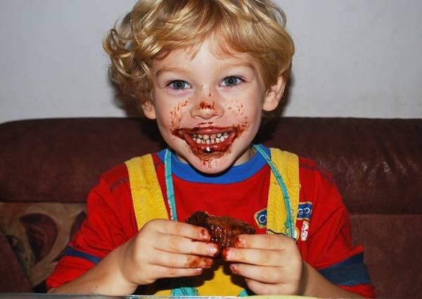 menino chocolate