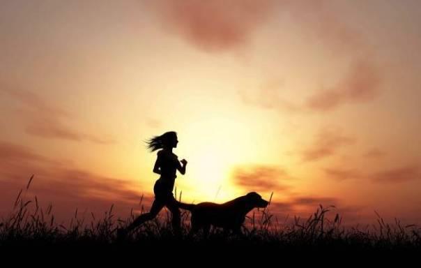 mulher-correndo-com-cachorro