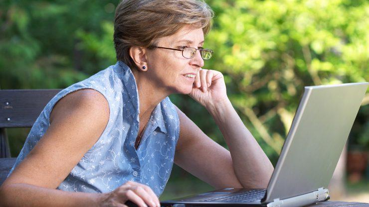 Sixty-and-Me  mulher computador.jpg