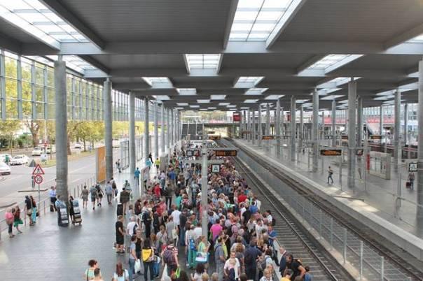estação ferroviaria pessoas aglomeração