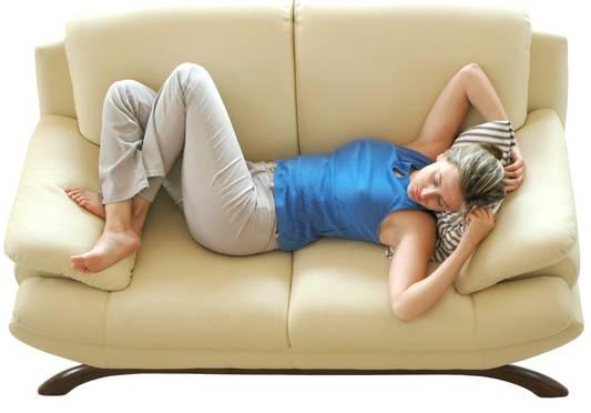 mulher dormindo sofá