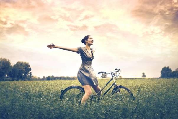 mulher feliz campo bicicleta