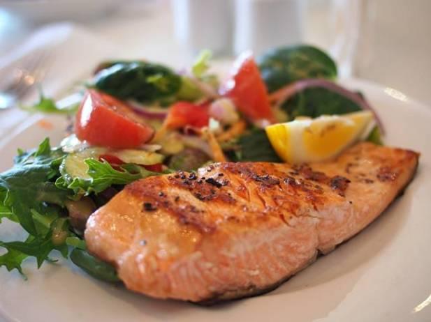 salmão e saladas