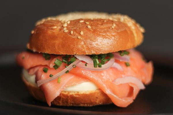 BAGEL LOX 03 (SALMAO DEFUMADO) COM CREAM CHEESE