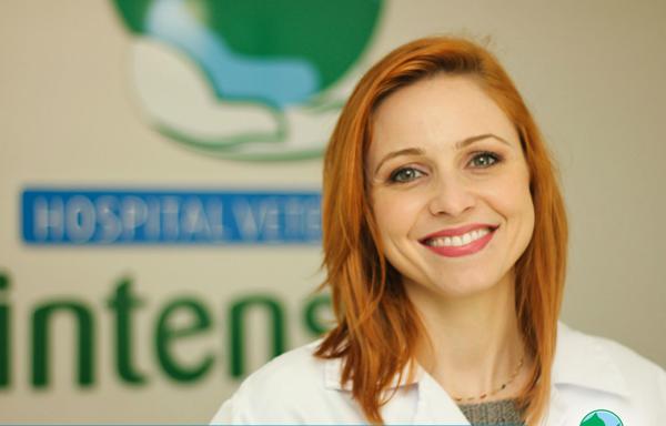 Oncologista veterinária Aline Iara Franciosi, do Hospital Veterinário Intensiva