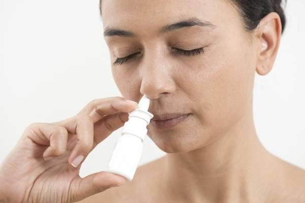 spray nasal mulher istock