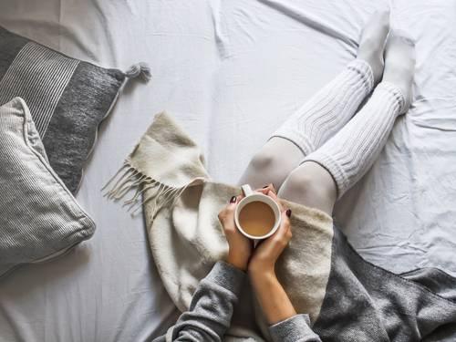 inverno cama mulher café