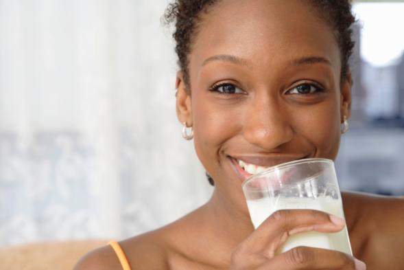 mulher bebendo leite
