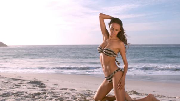 mulher biquini praia shutterstock.png