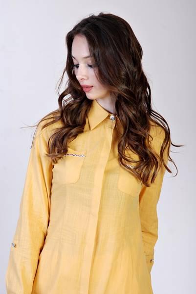 mulher camisa amarela