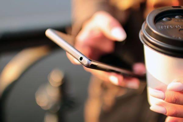 mulher celular café