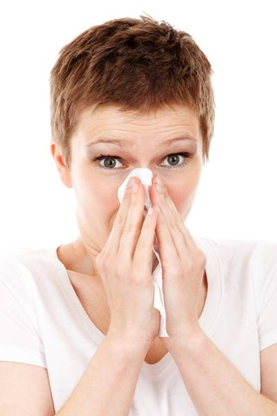 mulher gripe nariz espirro