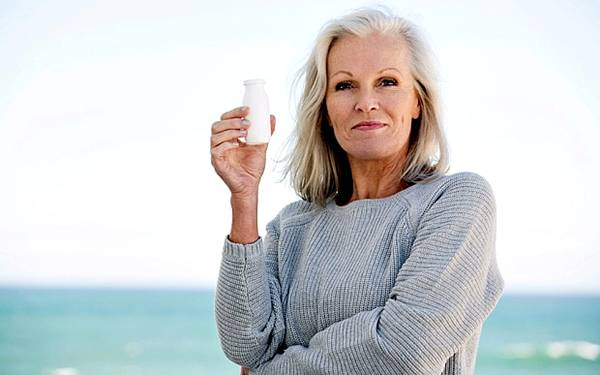 mulher tomando probiotico foto alamy