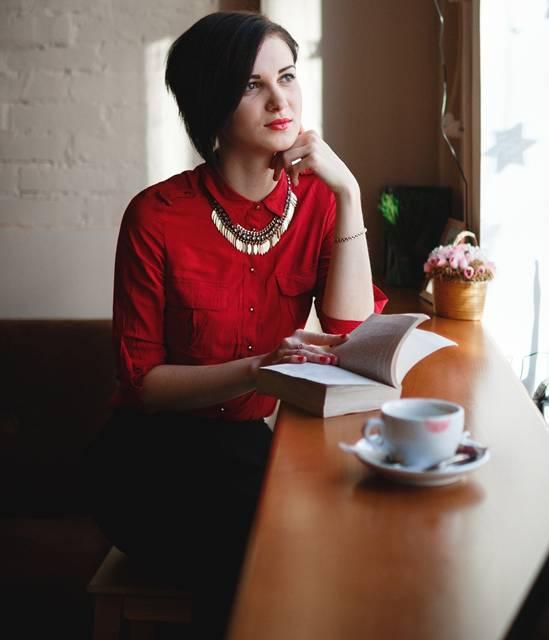 mulher vermelho livro