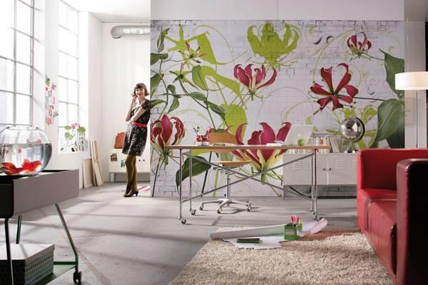 Die Lilie vor weißem Mauerwerk setzt farbige Akzente im Wohnraum.
