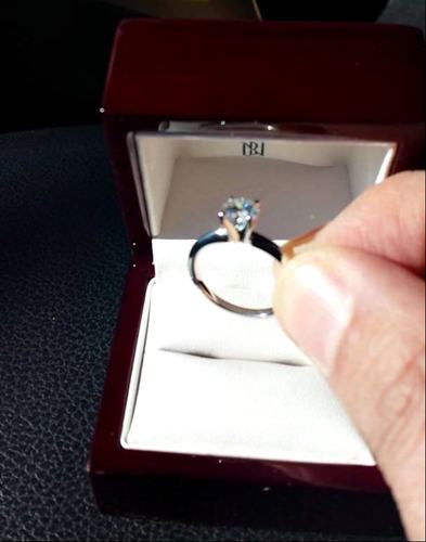 Suposto anel de noivado