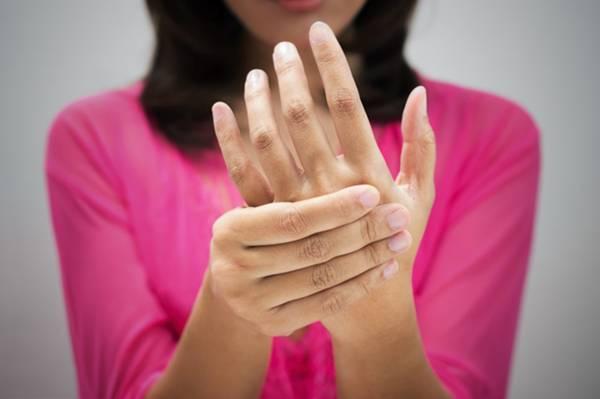 AdobeStock mão dor mulher