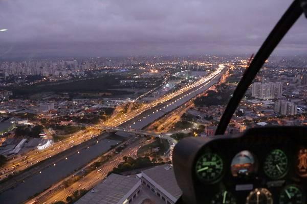 Helicóptero 4 - controles e vista - crédito Josué Soares dos Santos