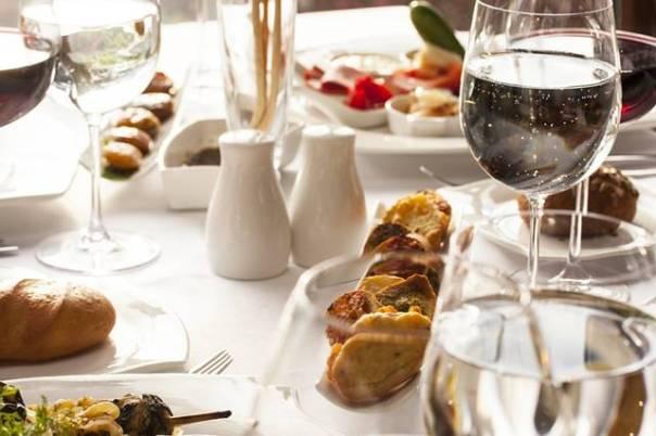 mesa restaurante comida bebida.jpg