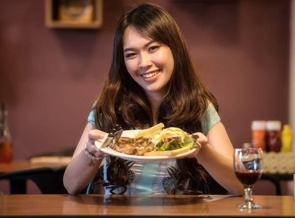 mulher comendo jantar