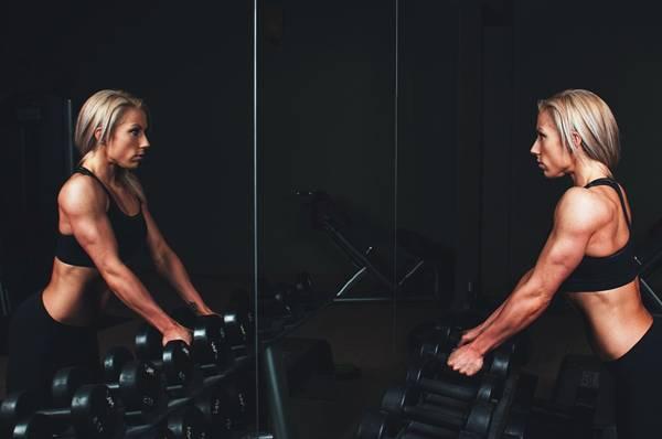 musculação mulher academia pixabay scottwebb