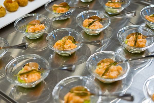 salmon en tartar y aguacate_ versão degustação_Créditos_ Estado Puro