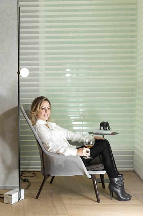 Arquiteta Ana Claudia Guerra no canto de leitura, Sala da Adega Casacor Balneário Camboriú