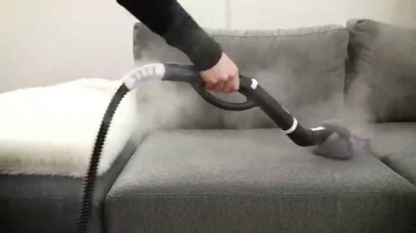 limpando sofá