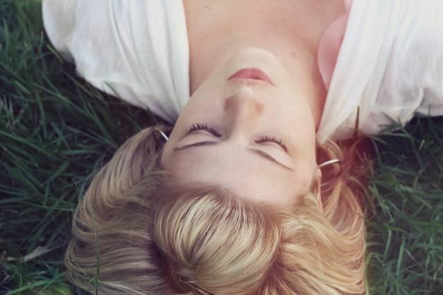 mulher descansando meditando pixabay