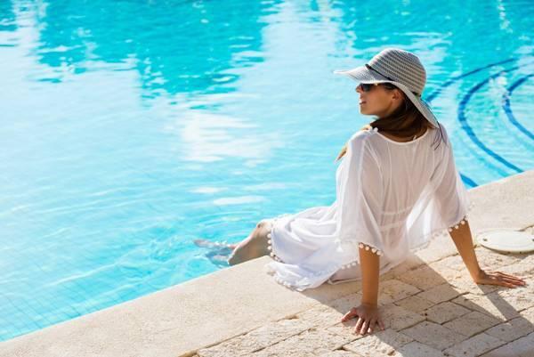 mulher piscina sol